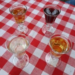 Vino Şarapevi'nde Reyhan Hanım'ın elinden likörler: karabaş otu, ıtır, kakule ve ahududu (fotoğraf: İpek Tanyaş)